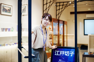 Saleswoman in a shop selling Edo Kiriko cut glass in Tokyo, Japan.の写真素材 [FYI02255458]