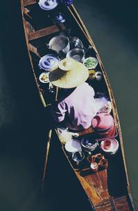 Damnoen Saduak Floating Market, a woman selling goods from boats in floating marketの写真素材 [FYI02255594]