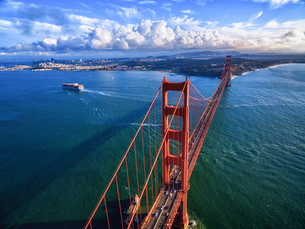 Golden Gate Bridge, aerial view of the large road bridge and the landscape around it, San Franciscoの写真素材 [FYI02255603]