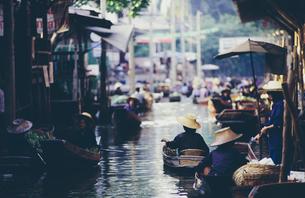 Damnoen Saduak Floating Market, a woman selling goods from boats in floating marketの写真素材 [FYI02255686]