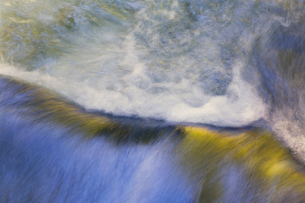 A stream, water flowing over a boulder, long exposure. Full frame.の写真素材 [FYI02255692]
