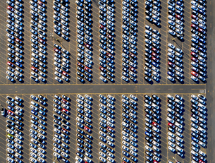 Aerial view of a car distribution centre, new cars parked in rows on a lot ready for sale.の写真素材 [FYI02255735]