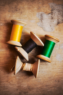 Bobbins of wound thread, silks and cottons in bright colours.の写真素材 [FYI02255750]