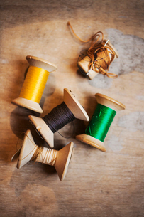 Bobbins of wound thread, silks and cottons in bright colours.の写真素材 [FYI02255772]