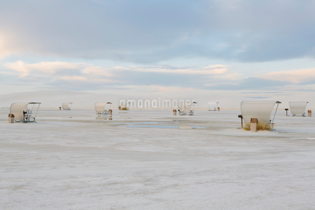 Picnic tables and shelters at White Sands National Park, duskの写真素材 [FYI02255800]