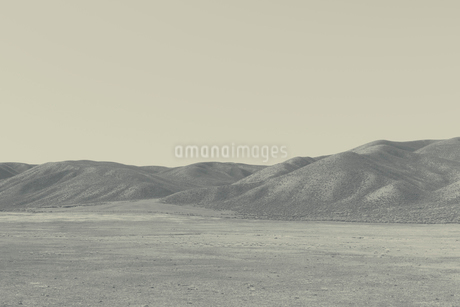 View across a flat landscape to mountains.の写真素材 [FYI02255811]