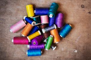 Bobbins of wound thread, silks and cottons in bright colours.の写真素材 [FYI02255942]