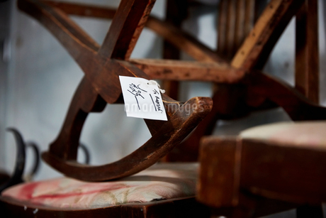 Antique furniture, a cradle rocker with a price label.の写真素材 [FYI02255965]