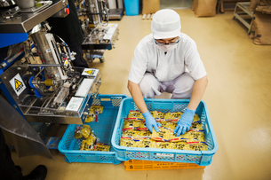 Worker in a factory producing Soba noodles, packing fresh noodles for distribution and sale.の写真素材 [FYI02256052]