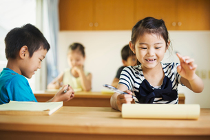 A group of children in a classroom, working together, boys and girls.の写真素材 [FYI02256069]