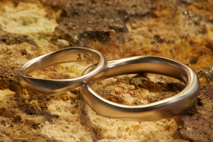 Two gold rings shaped, smooth and different sizes Jewellery.の写真素材 [FYI02256086]