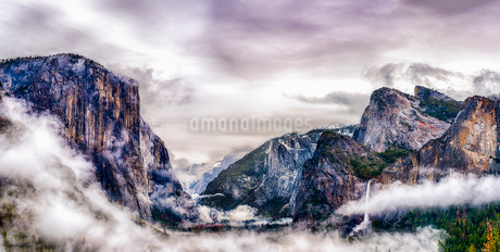 The Tunnel View, through a canyon in the Yosemite National park in winter, with mist rising from theの写真素材 [FYI02256116]
