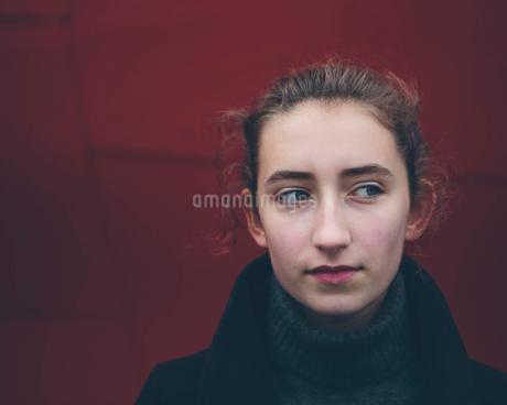 Portrait of thirteen year old teenage girlの写真素材 [FYI02256155]