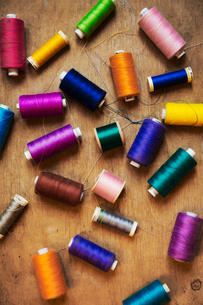A collection of embroidery silks, threads on a tabletop, in a selection of vivid colours.の写真素材 [FYI02256198]