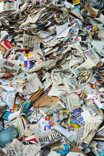 Heap of recycled nespapers at a recycling centre.の写真素材 [FYI02256267]