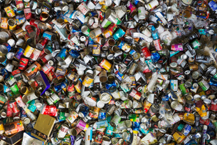 Close up of compressed drinks cans at a recycling centre.の写真素材 [FYI02256306]