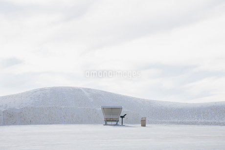 Picnic table and shelter at White Sands National Parkの写真素材 [FYI02256320]