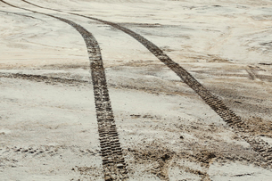 Tire tracks on the surface of the desert, parallel tracks.の写真素材 [FYI02256382]