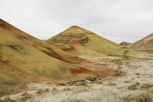 The Painted Hills desert and landscape, coloured layered geological strata in the John Day Fossil Beの写真素材 [FYI02256383]