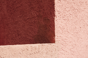 Corner and shadow on the wall of a modern adobe building, close upの写真素材 [FYI02256444]