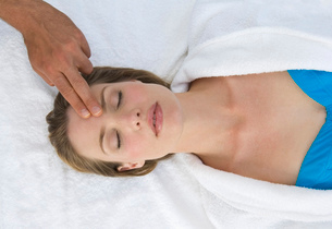 Woman receiving a head massage at a spa.の写真素材 [FYI02256446]