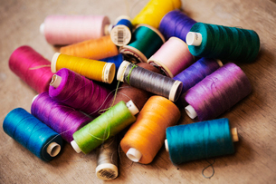 Bobbins of wound thread, silks and cottons in bright colours.の写真素材 [FYI02256451]