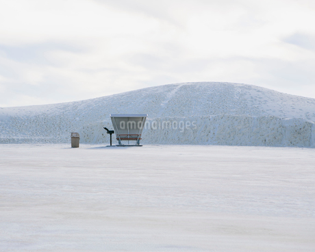 Picnic table and shelter at White Sands National Parkの写真素材 [FYI02256456]
