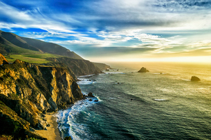 The coastline at Big Sur in California, with steep cliffs and rock stacks in the Pacific Ocean.の写真素材 [FYI02256491]