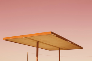 Detail of roof shelter from abandoned gas station, Nevada, USA.の写真素材 [FYI02256520]