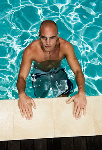Bald young man in a swimming pool.の写真素材 [FYI02256523]