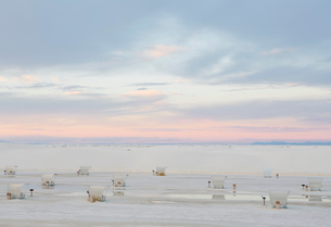 Picnic tables and shelters at White Sands National Park, duskの写真素材 [FYI02256592]