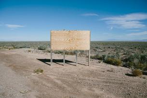 Blank billboard in desert, White Sands National Park, New Mexicoの写真素材 [FYI02256637]