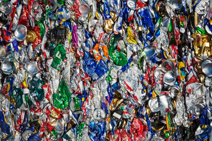 Close up of compressed drinks cans at a recycling centre.の写真素材 [FYI02256659]