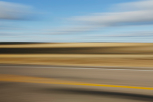 Blurred road and sky abstract, near Holbrook, Arizonaの写真素材 [FYI02256862]