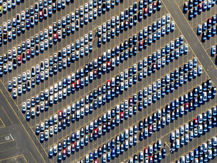 Aerial view of a car distribution centre, new cars parked in rows on a lot ready for sale.の写真素材 [FYI02256925]
