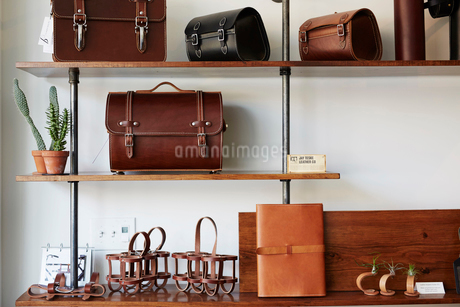 Display of leather goods on shelves. Briefcases and bags.の写真素材 [FYI02256928]