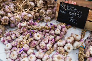 A market stall, fresh produce for sale. Fresh garlic bulbs.の写真素材 [FYI02257011]