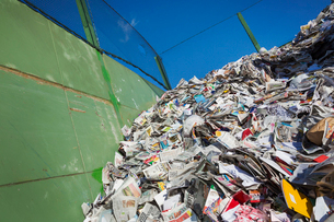 Heap of recycled nespapers at a recycling centre.の写真素材 [FYI02257059]