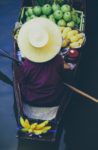 Damnoen Saduak Floating Market, a woman selling goods from boats in floating marketの写真素材 [FYI02257190]
