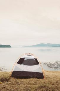 Camping tent on hillside, overlooking San Juan Islands, Washington, USA.の写真素材 [FYI02257400]