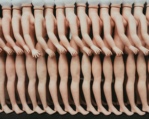 Row of female mannequins in a store window in Paris.の写真素材 [FYI02257414]