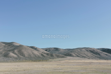 A flat plain and view towards a range of mountains.の写真素材 [FYI02257501]