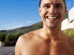 Portrait of smiling nude man.の写真素材 [FYI02257561]