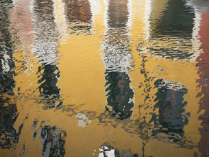 Reflections in the water of colourfully painted housefronts in the city of Venice.の写真素材 [FYI02257864]