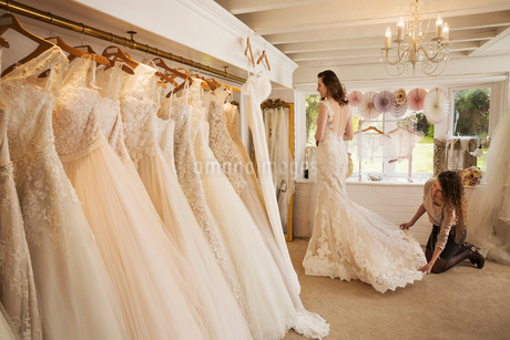 Rows of wedding dresses on display in a specialist wedding dress shop.の写真素材 [FYI02257987]