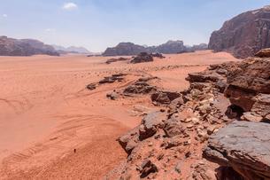 Rock formations in the desert wilderness in southern Jordan.の写真素材 [FYI02258010]