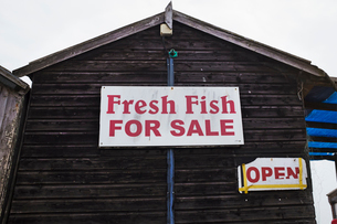Exterior view of brown wooden fish shop on Suffolk coast.の写真素材 [FYI02258043]