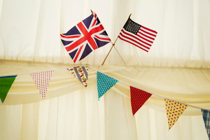 Decoration of bunting and English and US flag in a wedding marquee.の写真素材 [FYI02258045]
