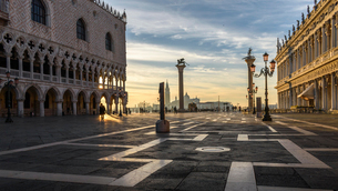 View across St Mark's Square, Venice, Italy, at sunrise.の写真素材 [FYI02258163]