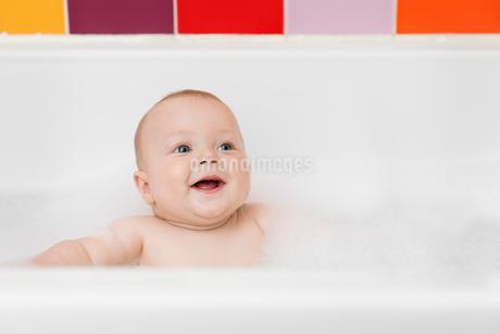 Baby boy siting in a bathtub having a soapy bubble bath.の写真素材 [FYI02258270]